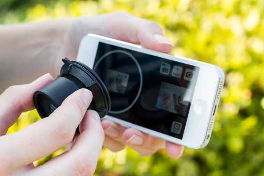 A detachable daylight viewfinder which lets you take photo with a smartphone in bright sunlights